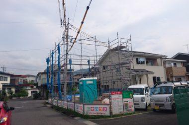 下諏訪町西四王 建売住宅 足場の組み立て中です。